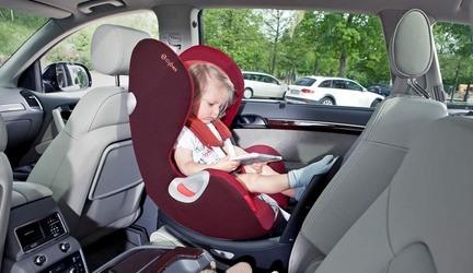 Jak długo dziecko powinno jeździć w foteliku tyłem do kierunku jazdy.
